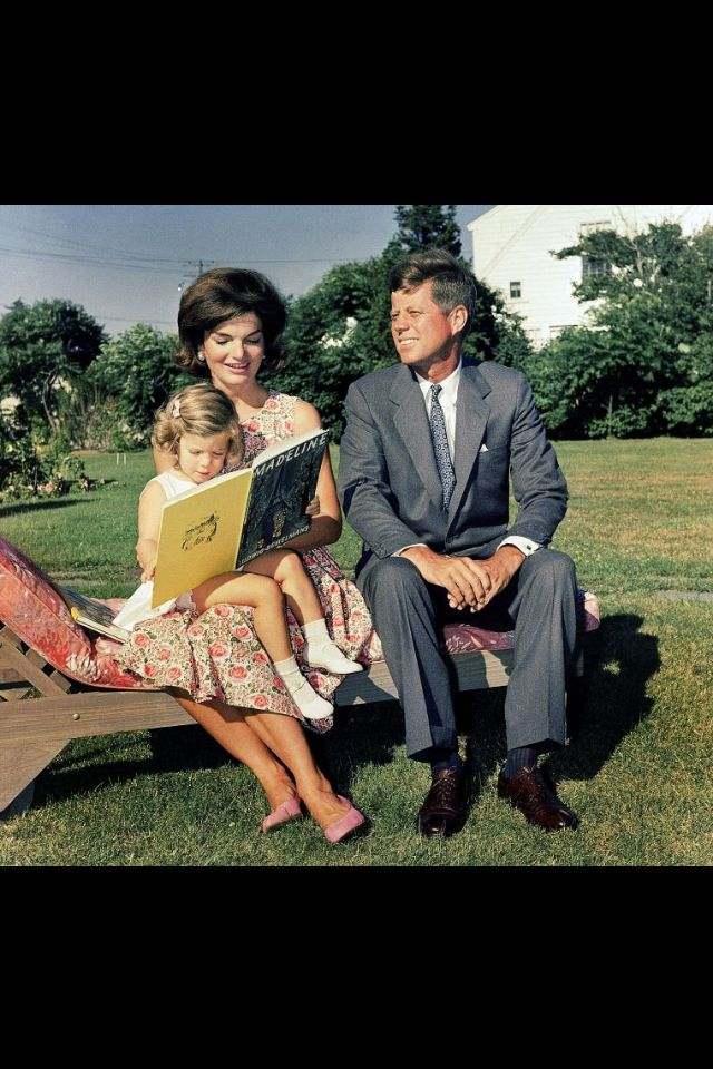 1960. 25 Juillet. John F. Kennedy and Family in Hyannis Port (AP)