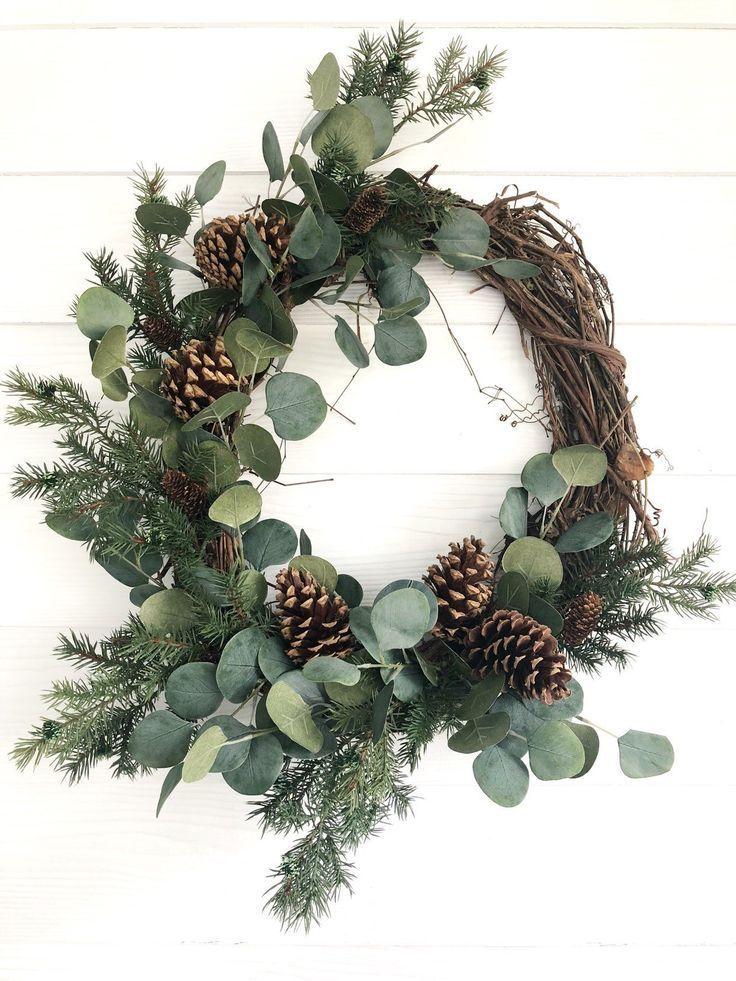 Photo of Winterkranz aus Eukalyptus und Kiefer, rustikaler Weihnachtskranz, Weihnachtsfest auf dem Bauernhof …