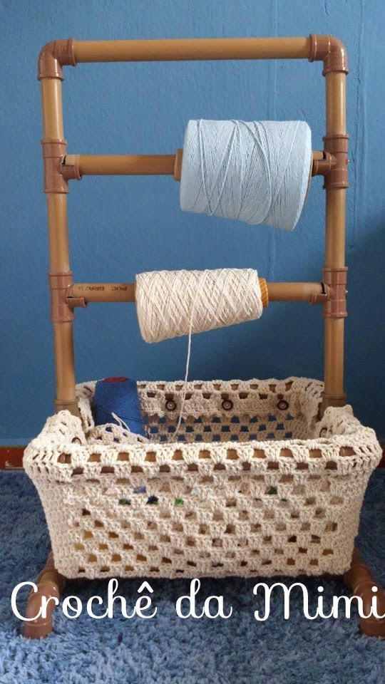 """PVC piping made into a framework to hold large cones of yarn yarn with literally a crocheted basket on the bottom to hold your WIPS (works in progress), UFOs (un-finished objects). There is also a link which shows how to construct this framework.  Just  click on the """"AQUI"""" (click) to go to that page.   ~Lee Ann H #crochetgottaloveit Pap cestinha para o suporte de rolo barbante - """"Crochê da Mimi"""""""