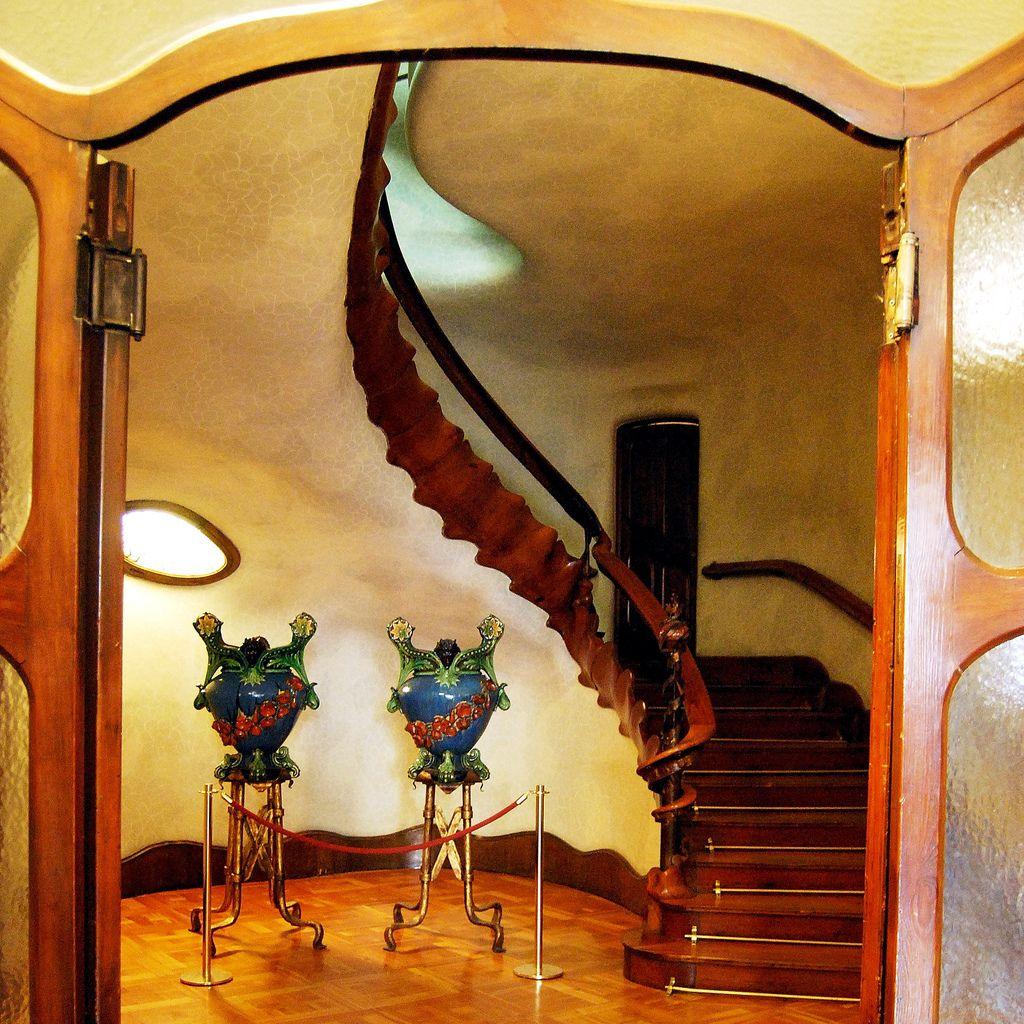 Escalera el espinazo de un gran animal tallado en madera - Pasamanos de escalera ...