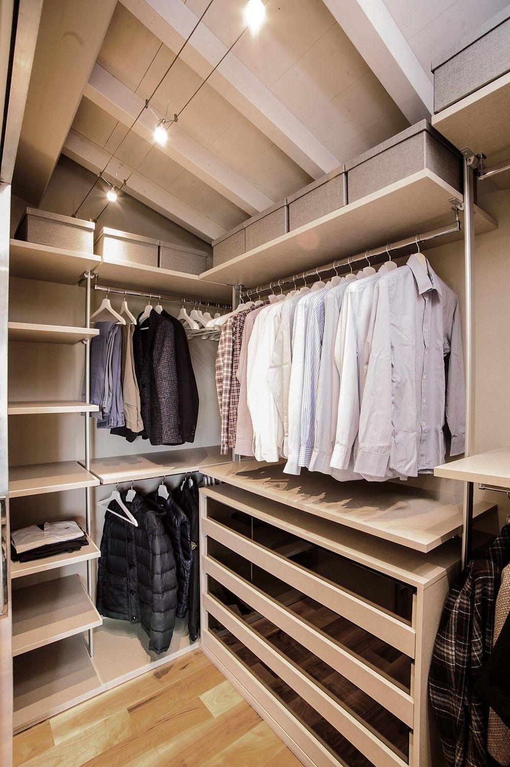 Moderne Italiaanse slaapkamer met inloopkast - Zolderkamer ...
