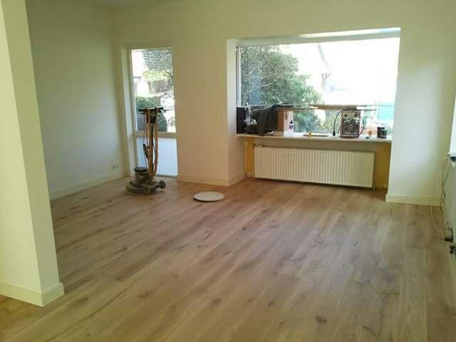 Vloer in de woonkamer voorzien van eiken houten planken nu nog