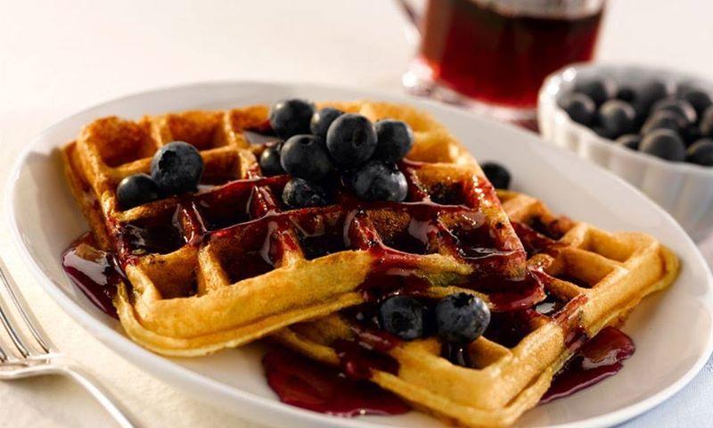 Wafles, mermelada y berries con un calentito cafémmm