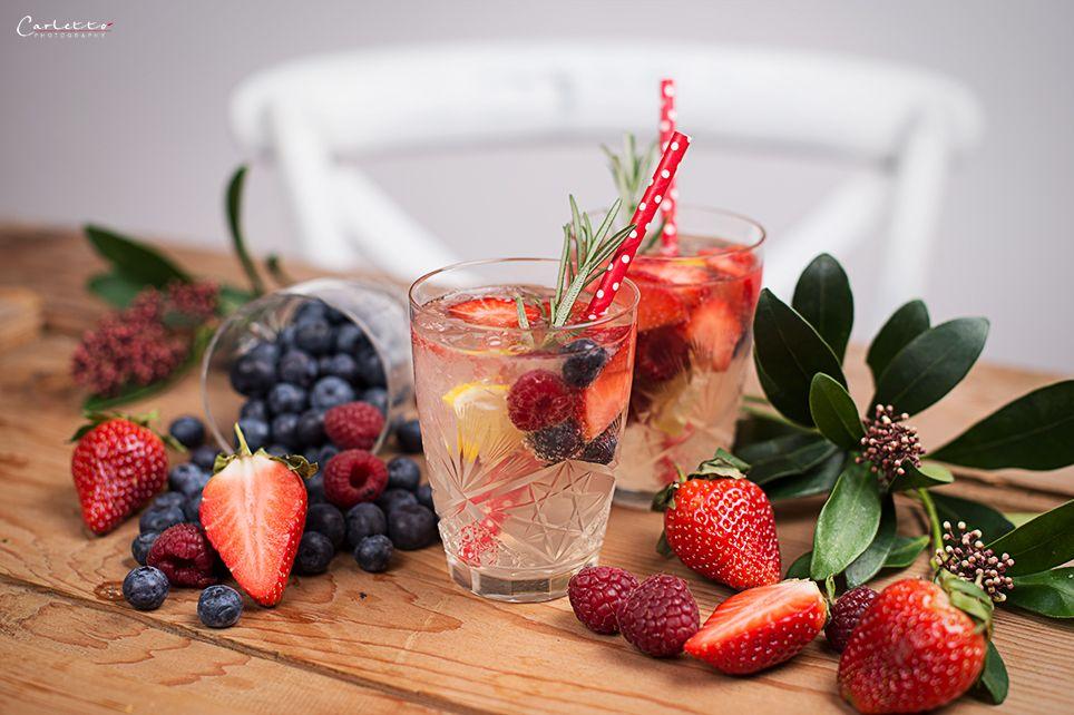 Rezept für einen Beeren Zitronen Gin Fizz. Der Zitronen Gin Fizz ist ein super Getränk für Parties und den nächsten Mädelsabend.
