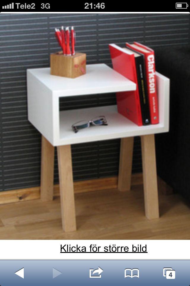 Skulle passa perfekt i vårt sovrum!! http://www.forvara.se/se/art/hyllanattduksbord-i-ek.php