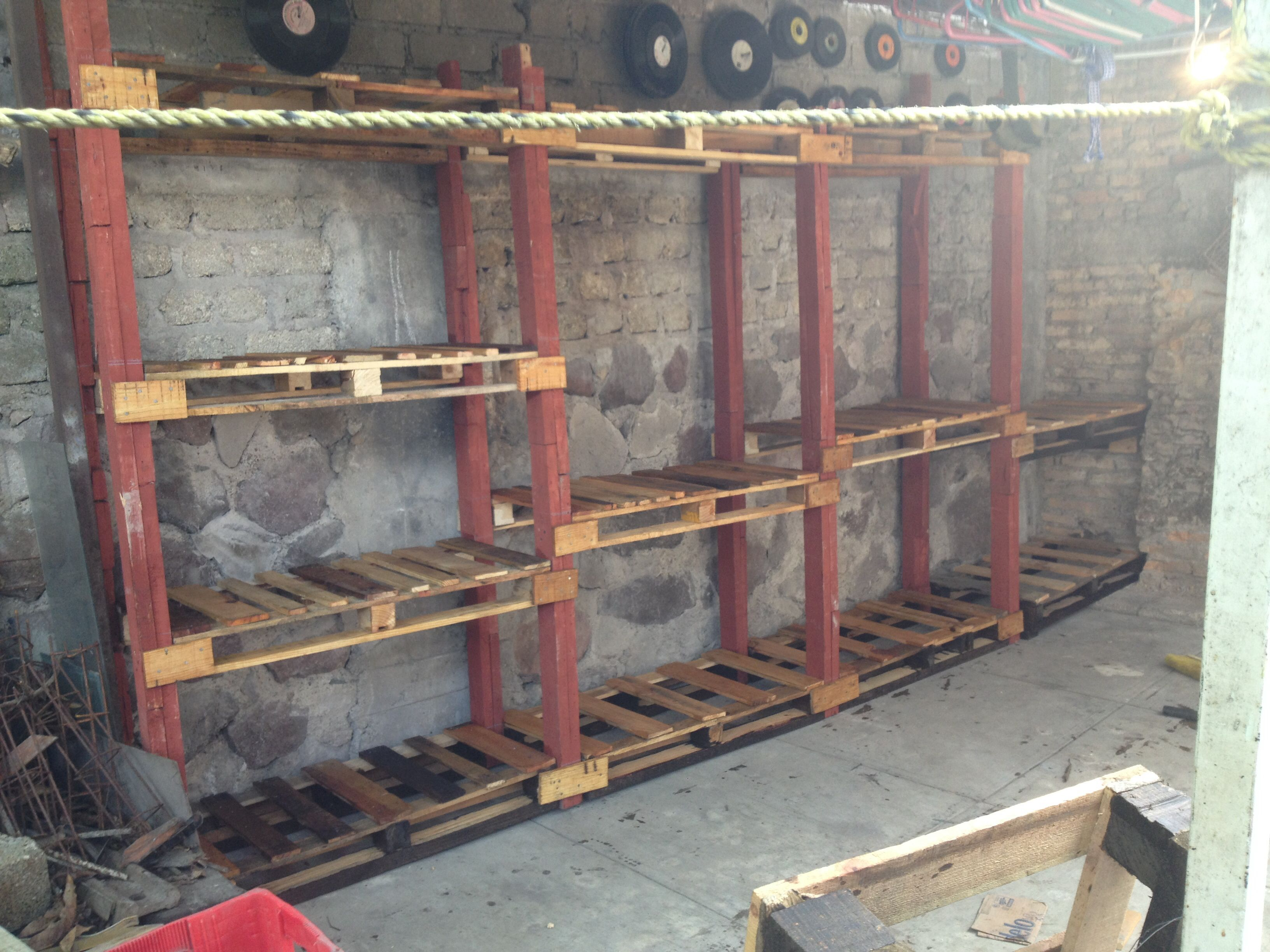 Anaquel de tarimas recicladas tarimas ladder for Tarimas de madera recicladas
