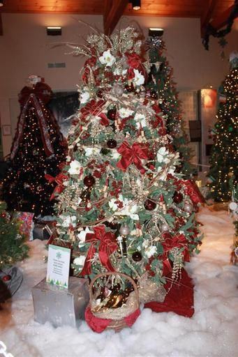 "The winning Christmas tree, decorated with the theme, ""Trim the Pine and Drink Some Wine."" (Visit Bucks County)"