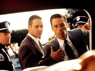 Russell Crowe (Bud White) and Guy Pearce (Edmund Exley)