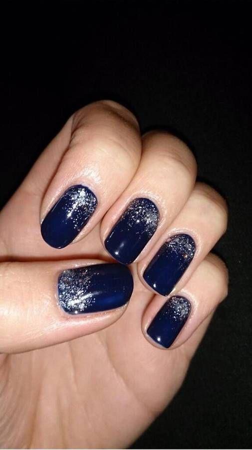 Manucure de Noël bleu pailleté