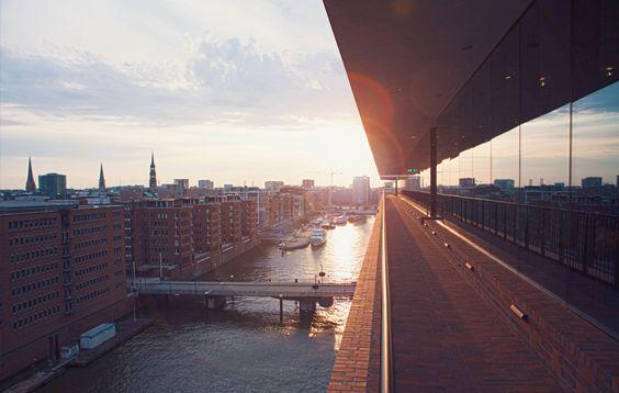 Von Der Plaza Der Aussichtsplattform Der Elbphilharmonie Bietet Sich Den Besuchern Ein Wunderschones Panorama Entla Tourismus Hamburg Reise Hamburg Tourismus