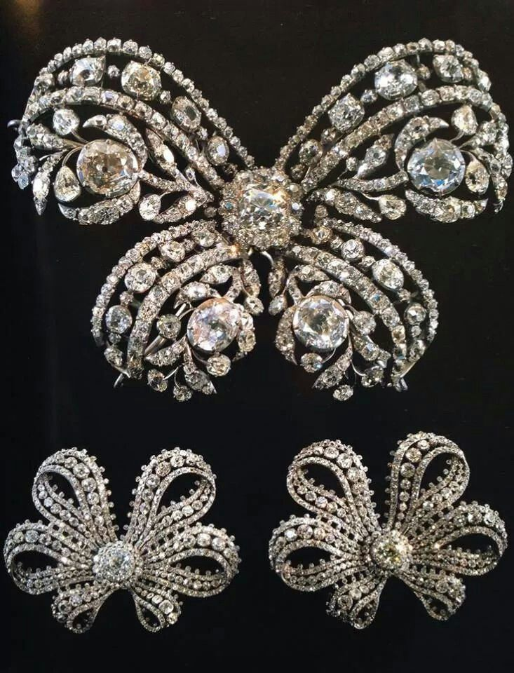 Three diamond bows made for Catherine the Great.A♥W
