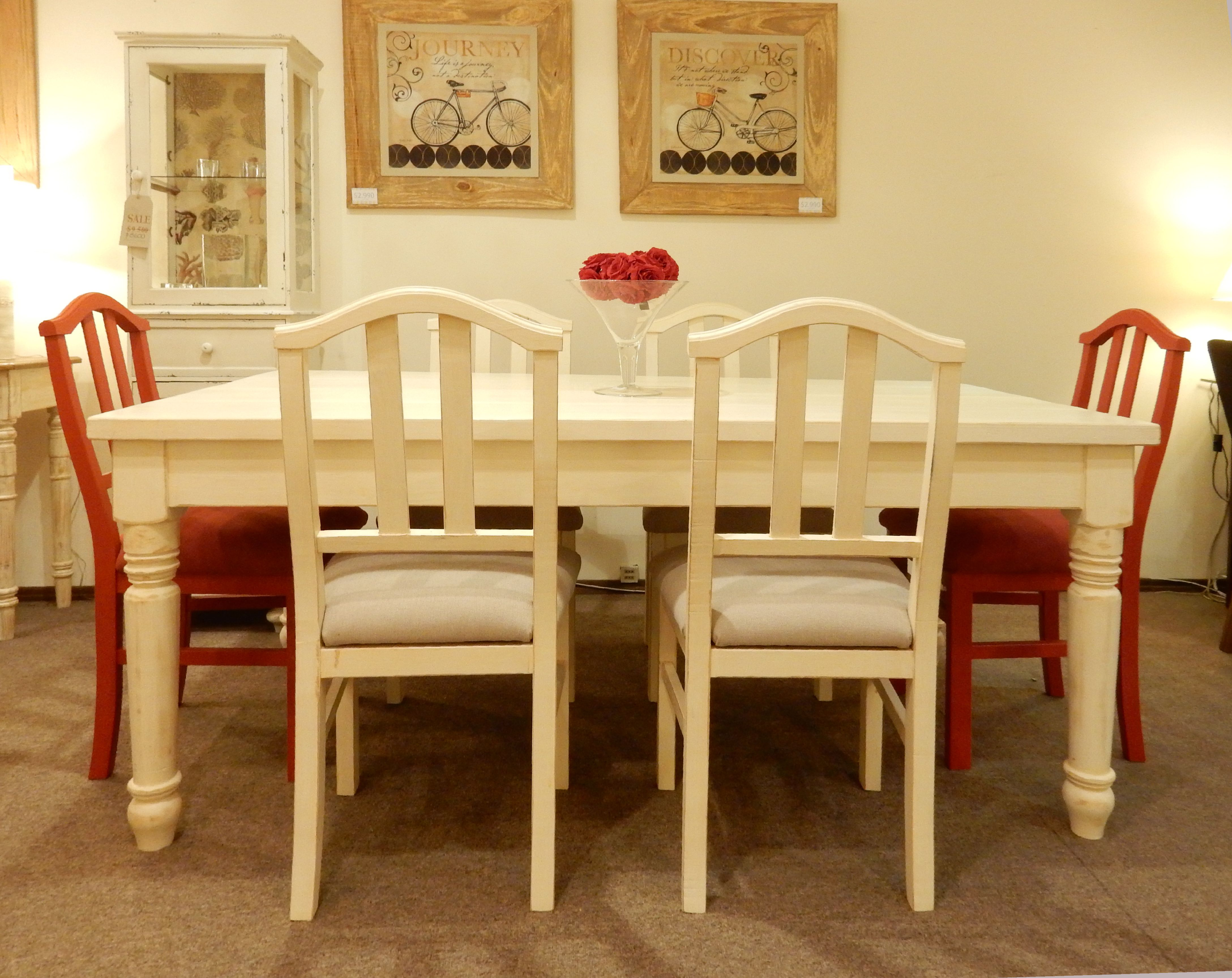Juego de comedor con mesa de patas torneadas y sillas for Muebles para patios interiores