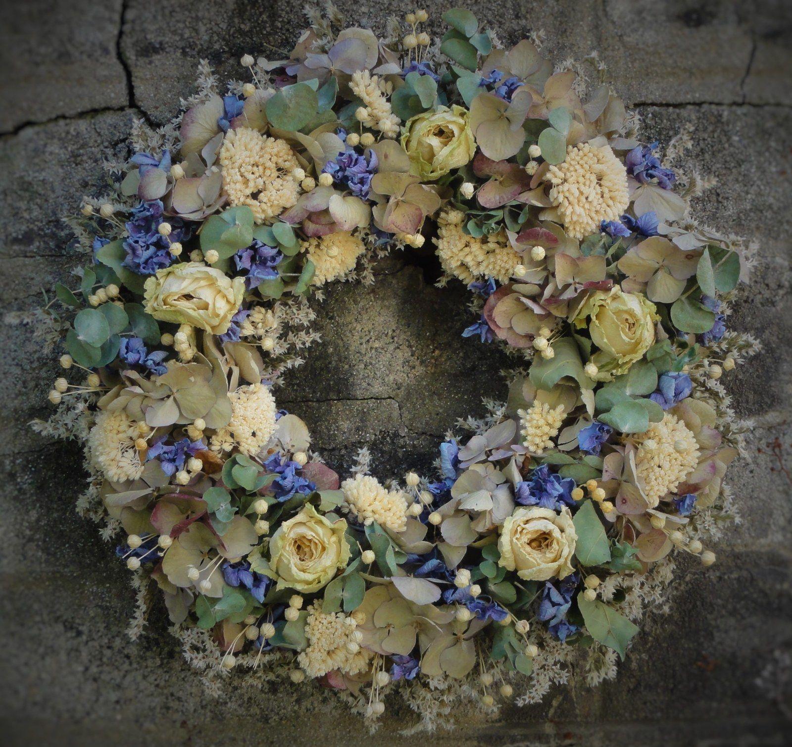 Bílé růže s voňavým eukalyptem a hortenzií Věnec z bílých růží,modré hortenzie ,voňavým eukalyptem a další sušiny.Celoroční dekorace vhodná i jako netradiční dárek. Velikost 32cm.