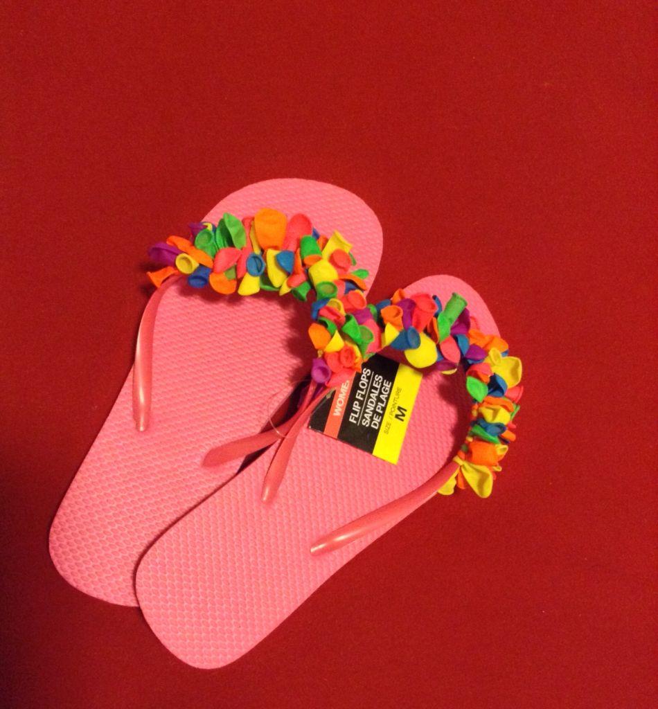"""Dale un toque divertido a tus chancletas de goma o """"flip flops"""" en este verano con globitos. Fácil de hacer y sólo gasté $2. :)"""