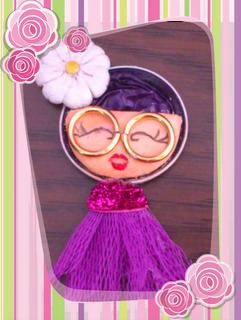Simpática muñeca realizada con materiales reciclables.