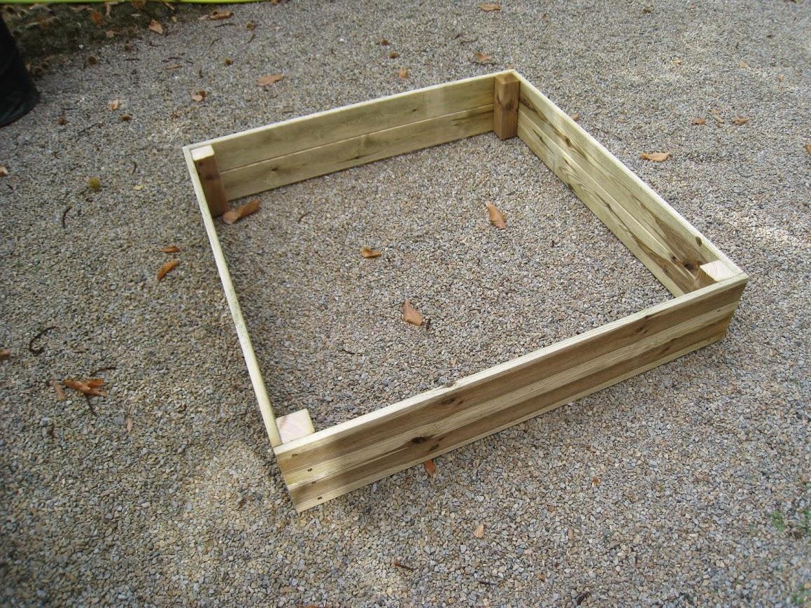 R aliser un carr potager en lame de terrasse jardin et maison carr s potager et ch ssis for Jardin en carre fabrication