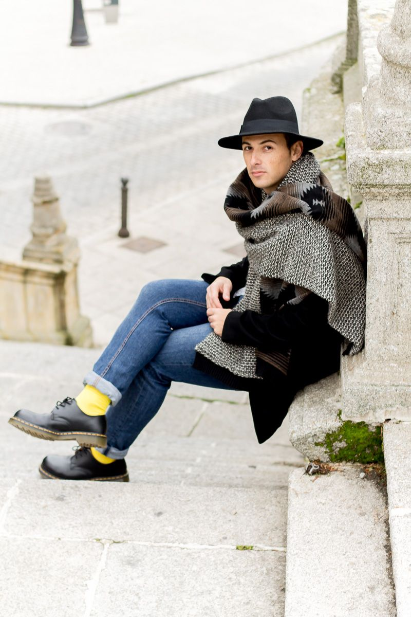 Fedora Hat & Blanket Scarf and Lemonade Attack yellow socks. Street Style by Jeffrey Herrero. Un street style casual de Jeffrey Herrero con nuestros calcetines Lemon Obsession amarillos y sombrero Fedora.