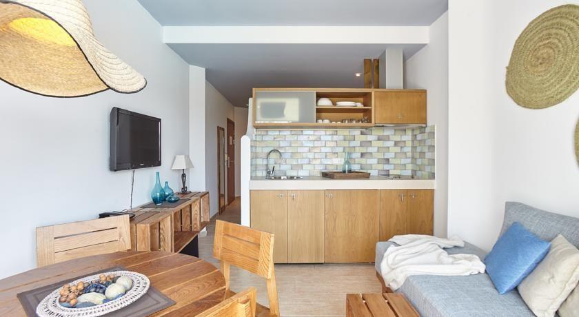 L'Apartments Castavi està situat a 5 minuts a peu de la platja des Pujols i a 2,5 km de les platges de Llevant i ses Illetes.