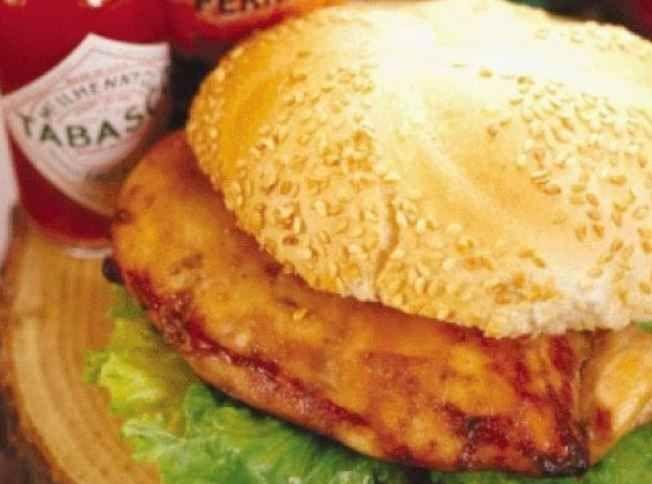 Ce sandwich de poulet mariné à la bière est digne de premiers prix de concours. | Le Poulet du Québec