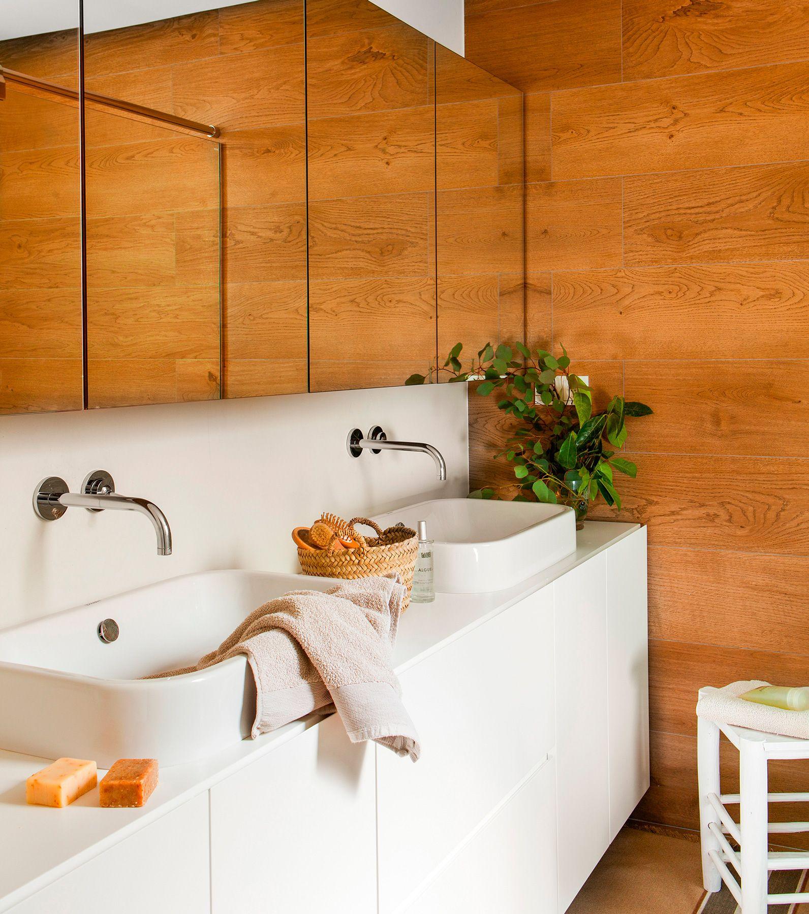 Ba o con lavamanos de doble seno de duravit mueble a for Revestimiento bano moderno