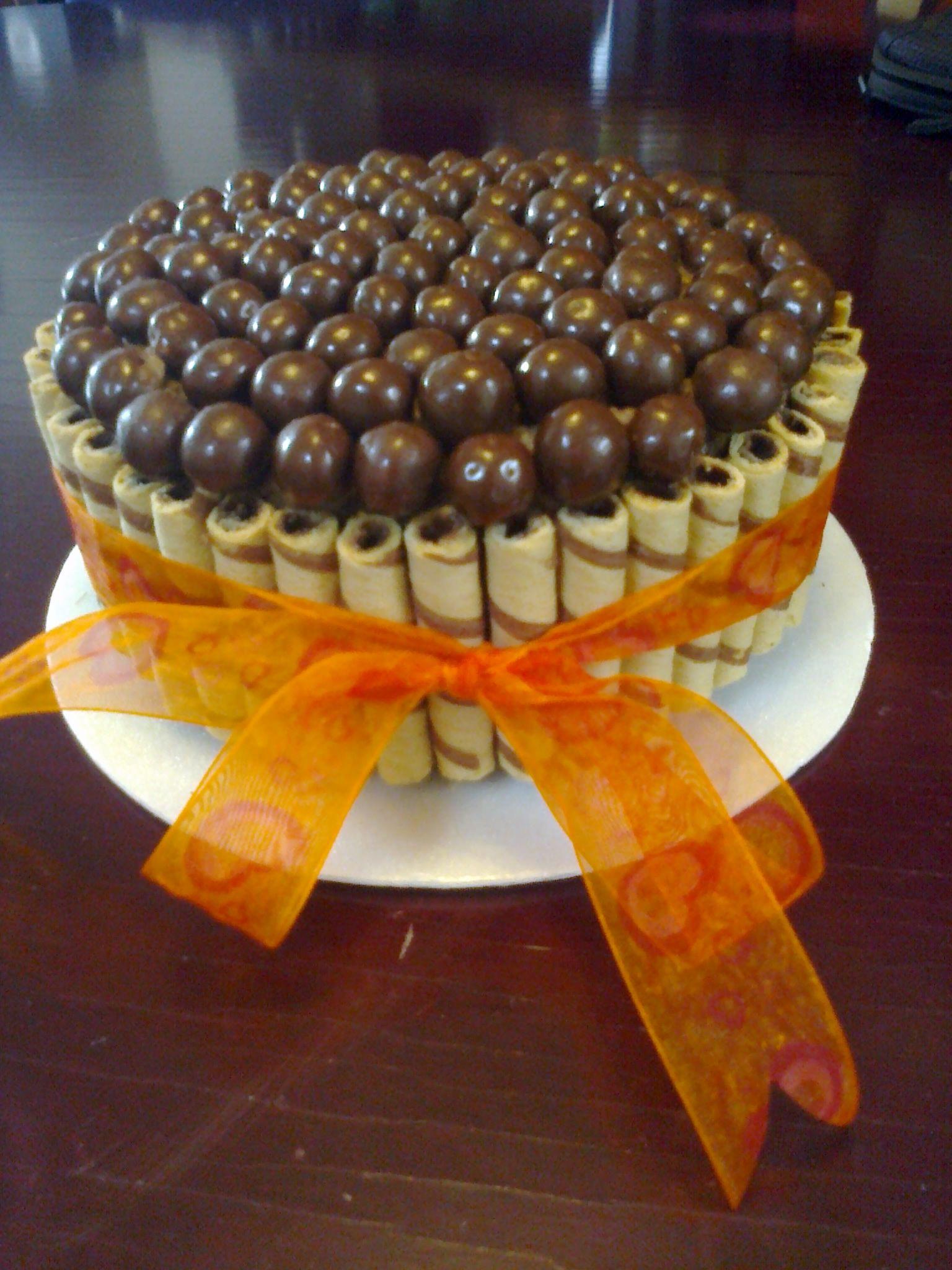 Rica Tarta De Chocolate Decorada Con Bolitas De Chocolate