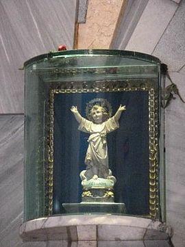 Imagen del Divino Niño en el santuario de Bogotá, Colombia.jpg