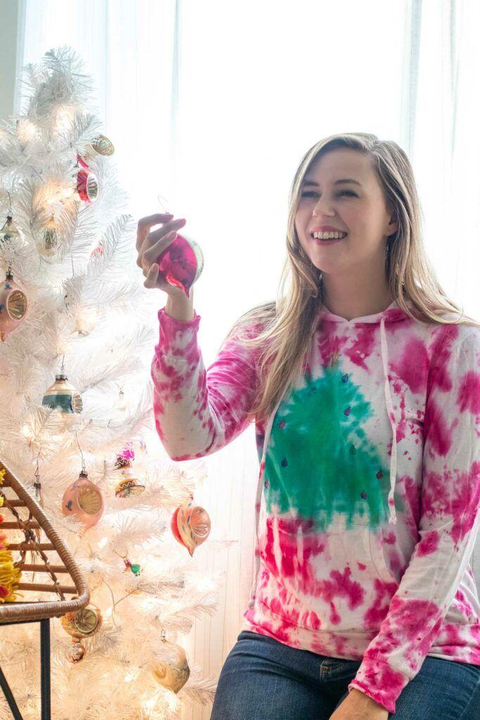Tie Dye Christmas Tree Sweater // 2-Minute Tie Dye Tutorial #dyeingtutorials