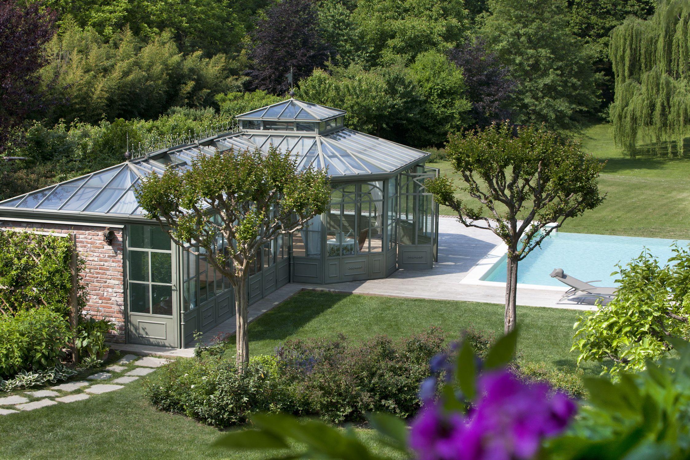 Un espace de bien être et de toute beauté avoisinant la piscine. Une véranda habitable au cœur ...