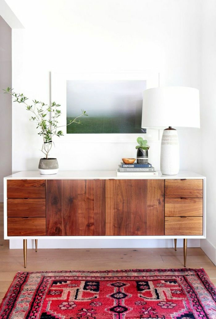 muebles-de-entrada-tapete-rojo-mesa-auxiliar-madera-patas-doradas
