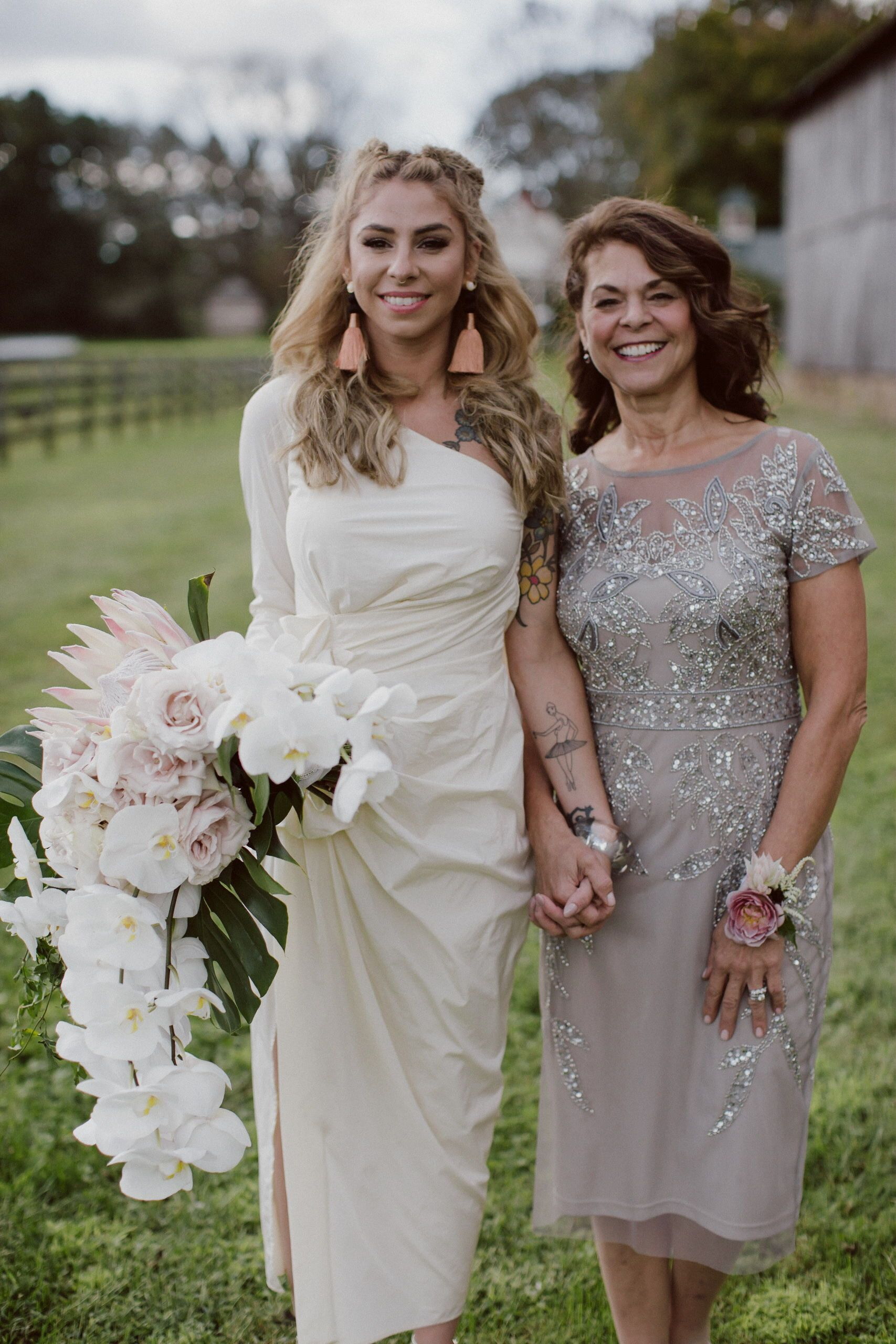 Mother Daughter Photo With Bride Holding A Cascading Modern Bouquet At This Very Chic Mother Of Bride Outfits Mother Daughter Wedding Mother Of Groom Dresses