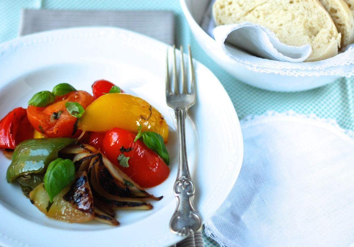 Grilování bez tuku: grilovaná zelenina a grilovaná kuřecí stehna v podobě rychlých, snadných a chutných receptů