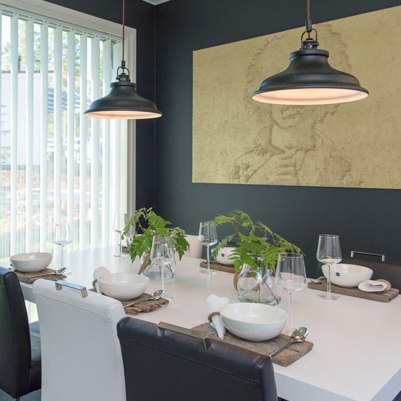 PING yhistelen päässäni parin kuvan ideoita. Tästä: hennon vihreät leikatut kasvit (lasisissa?) maljakoissaan, puiset alustat/tarjotin/muu pohja, valkoisia astioita. Mutta entä mustalla puisella pöydällä (oletan, että seinä olisi samantien jotain muuta kuin mustaa)?
