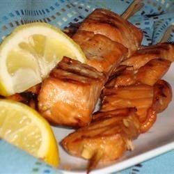 Espetos de salmão grelhado