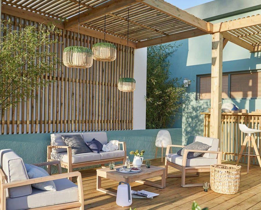 Une Cour Tout De Bois Vetue Leroy Merlin Inspiration En 2020 Salon De Jardin Design Salon De Jardin Bois Jardins En Bois