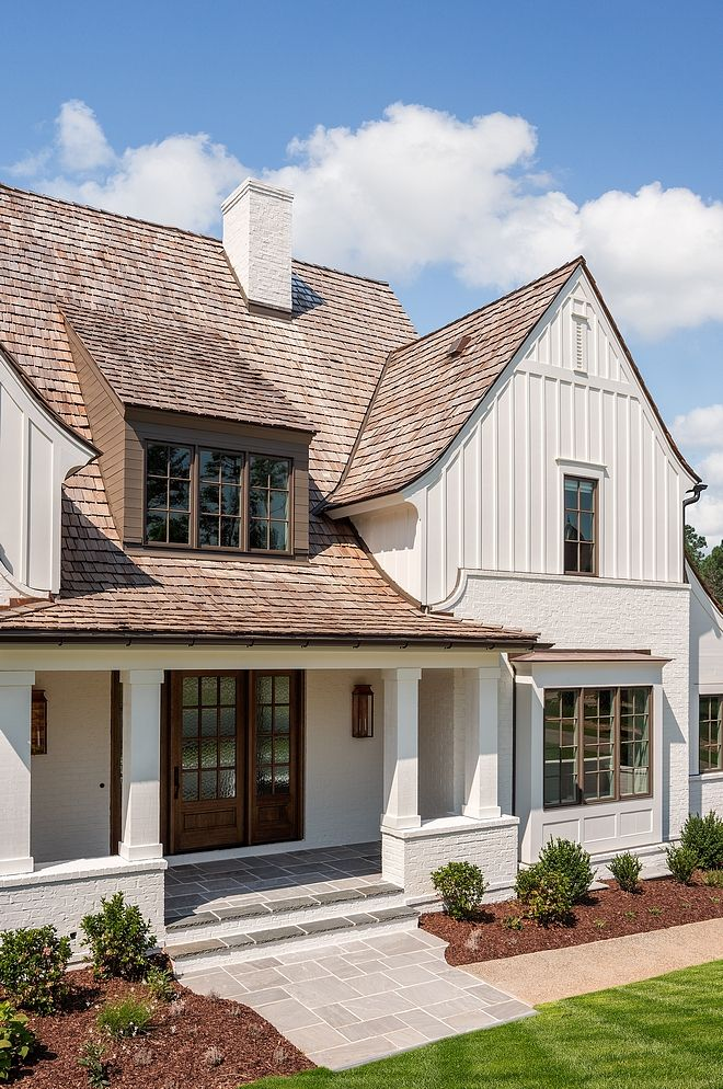 Modern Farmhouse Exterior With Classic Elements Such As Painted Brick Board And Batten Siding Cedar Shake Roofing And Paint Plyazhnye Domiki Arhitektura Kottedzhi