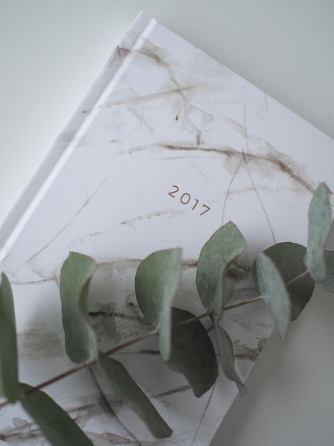 Työhuone-postauksessa vilahti nämä ihanat Nunucon marmorikuvioiset kalenteri ja puhelimen kuoret. Tässä tuleekin ihana lahjaid...