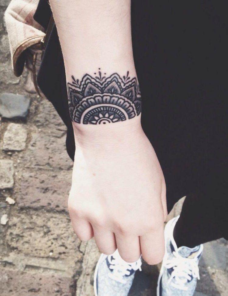mandala tattoo am handgelenk au enseite wie armband tattoos pinterest tattoo tatoos and. Black Bedroom Furniture Sets. Home Design Ideas