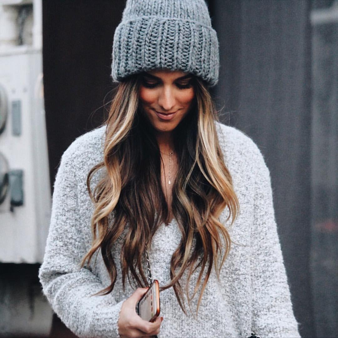 d952c308eb3e0 Los gorros de lana para el invierno y nuestra melena de pelo largo son una  combinación perfecta