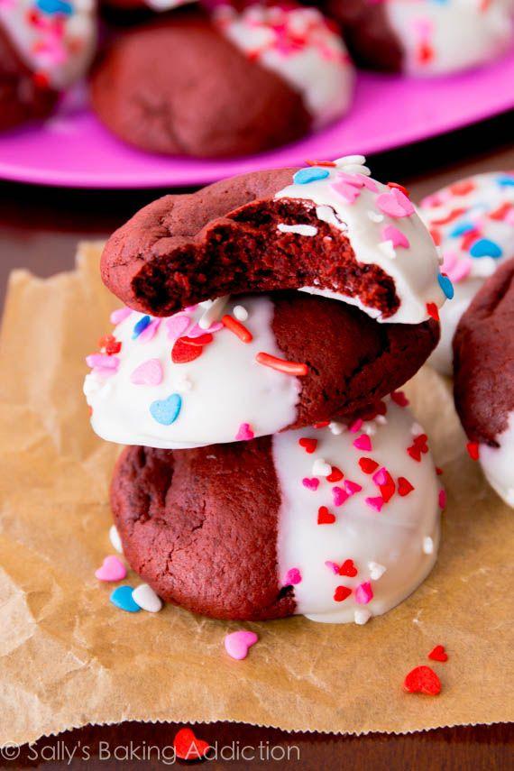 Suaves y masticables cookies Terciopelo Rojo hechos desde cero.  Sumergirlos en chocolate blanco y rocía!  Receta de sallysbakingaddiction.com