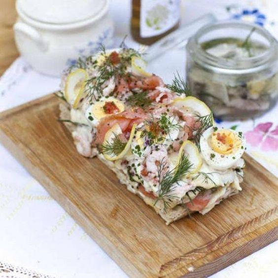 En lättlagad lyxig smörgåstårta på polarbröd som blir en vacker huvudattraktion på buffébordet.
