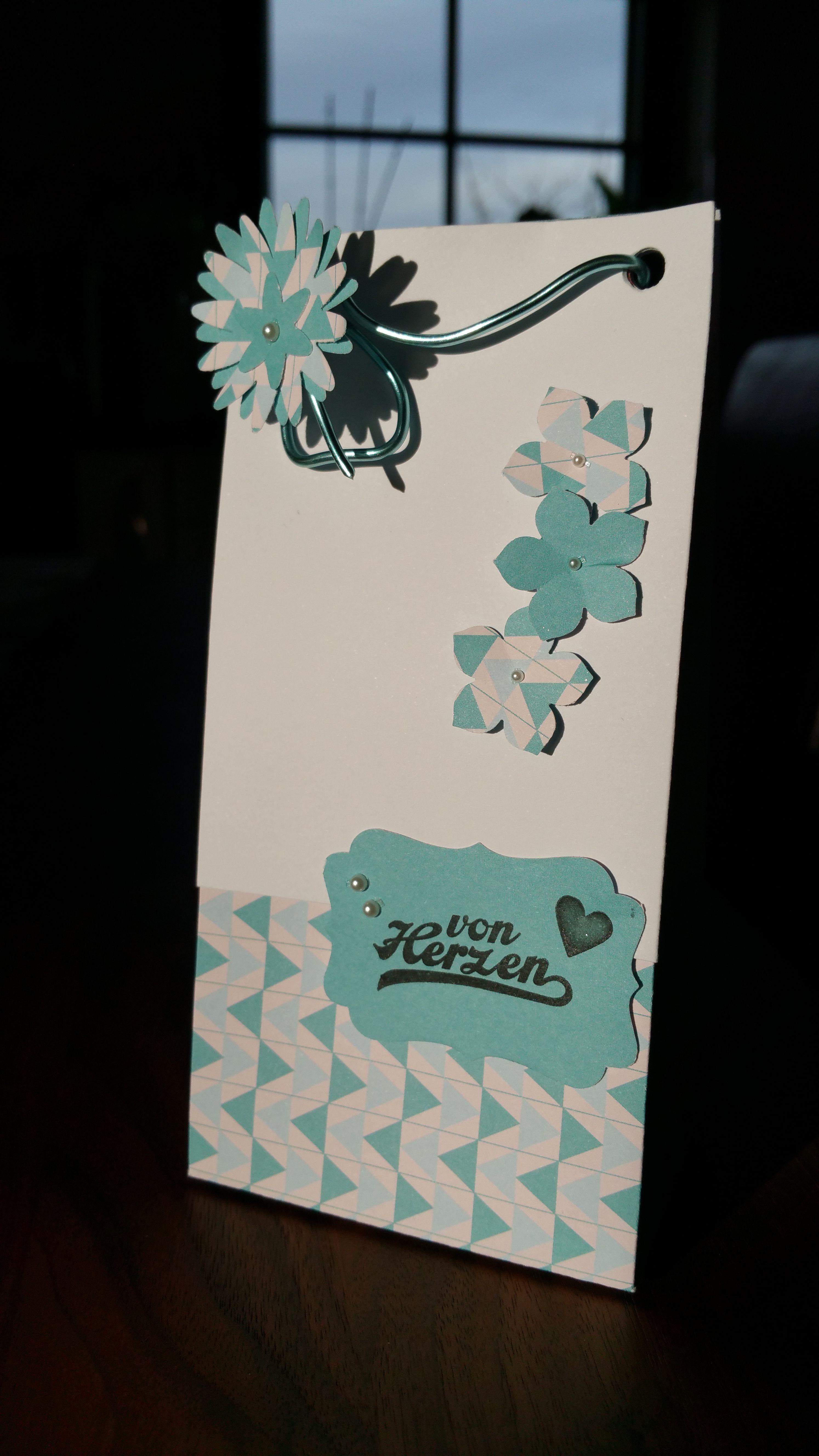 Kleine Geschenktüte ganz ohne das Stanz-&Falzbrett für Geschenktüten. Anleitung dazu gibt's auf dem Blog.