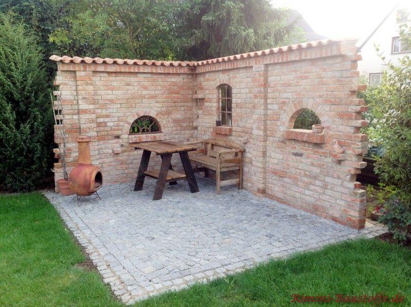 Grillplatz und sitzecke geschuetzt durch eine mediterran for Gartengestaltung mauer