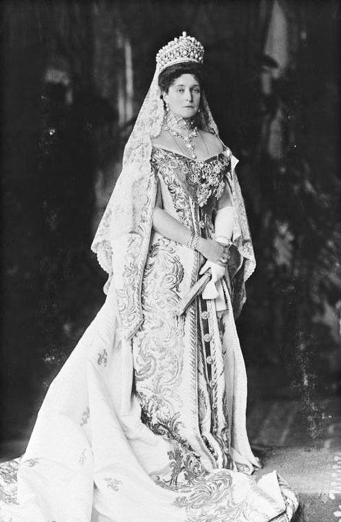 alexandra feodorovna in court dress 1906 . | romanov | alexandra