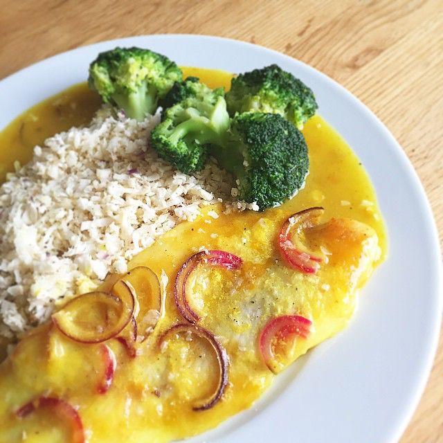 https://www.instagram.com/p/2lqFFWoKkZ/ Pangasiusfilet ovnbagt i karry, med blomkålsris og broccoli  sovsen, som fisken er bagt i, er lavet på lidt skummetmælk, vand, karry, salt, peber og Arrowroot til at jævne den dertil rødløg, citronskiver og et par fed hvidløg i fadet med fisken, der blev bagt overdækket med staniol i ca 25-30 min ved 200 grader. Lindahlskvarg