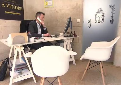 Un bureau d architecte blanc et des chaises design chasseurs d