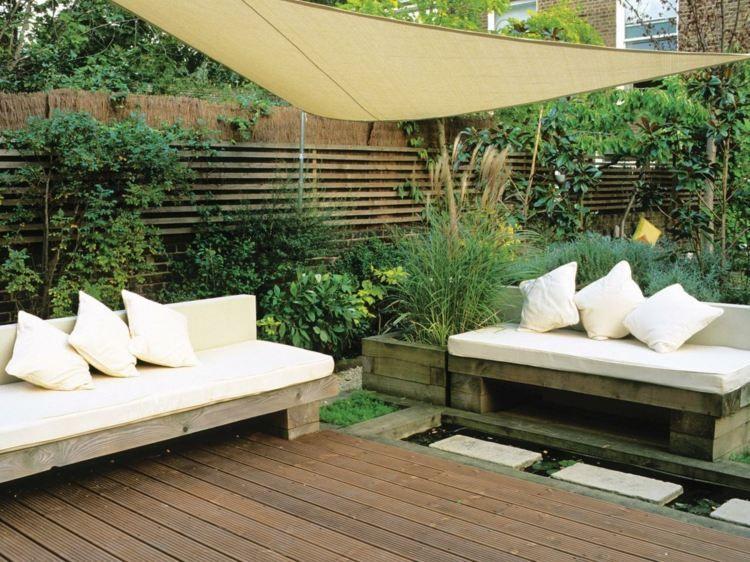 Sichtschutz für terrasse   bambus zaun und hohe sträucher ...