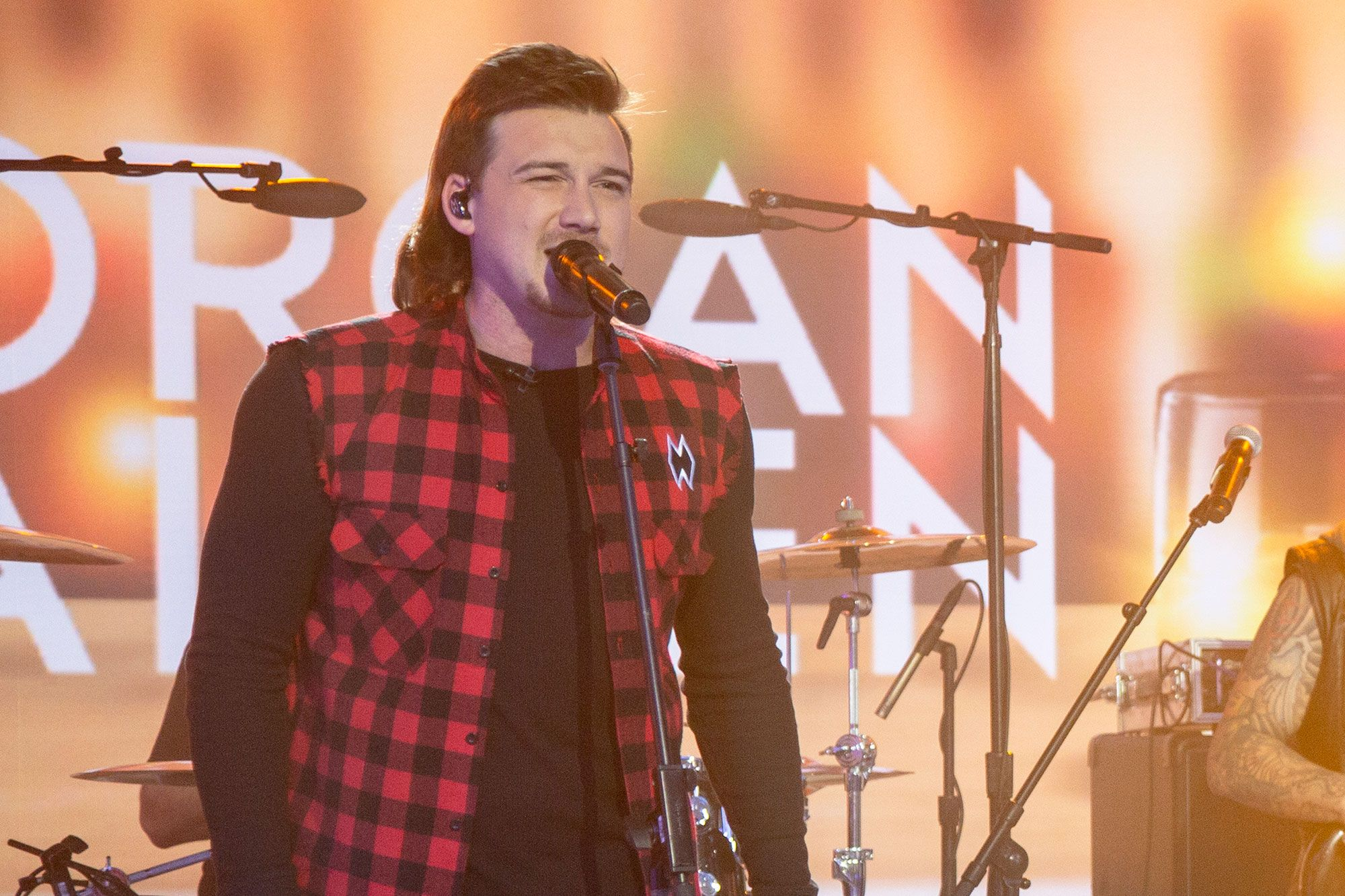Morgan Wallen Sings Gritty Whiskey Glasses On Today In 2020 Classic Country Songs Whiskey Glasses Country Western Singers