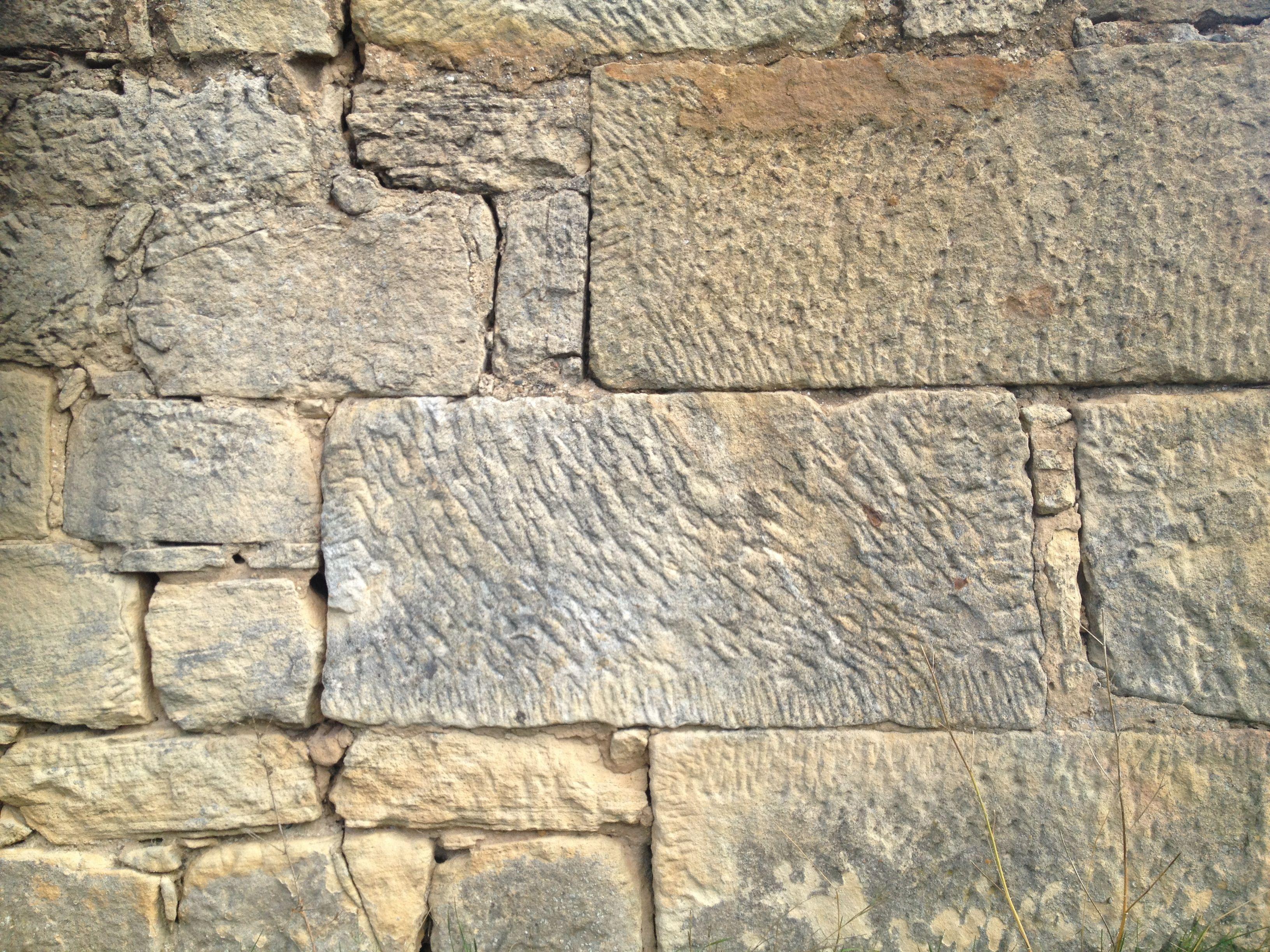 Mas que un revestimiento muro de piedra caliza en for Piedra de silleria
