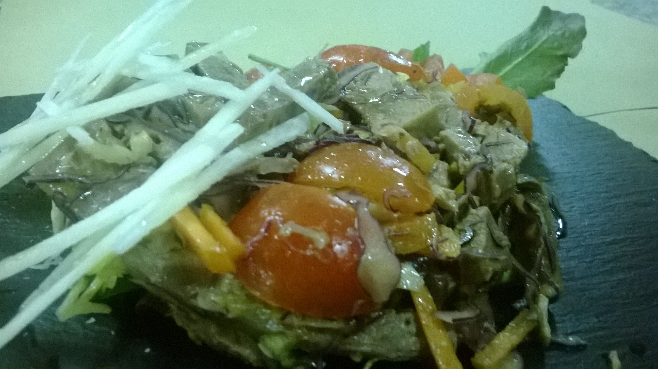Manzo con verdure e scaglie di grana. Beef with vegetables and parmesan.