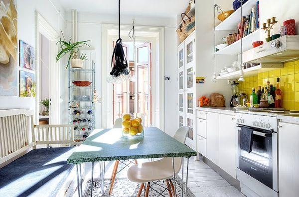 Una cocina amarillenta